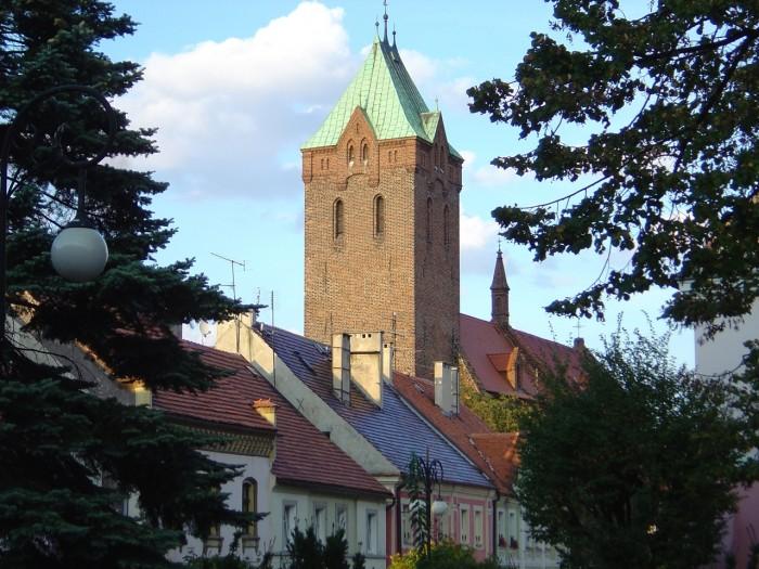 Kościół ewangelicki  w tle