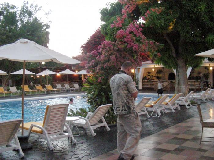 Park hotelowy wieczorem - basen