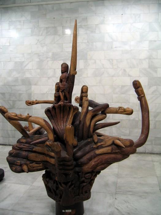Na lotnisku w Deli - Rzeźby w drewnie