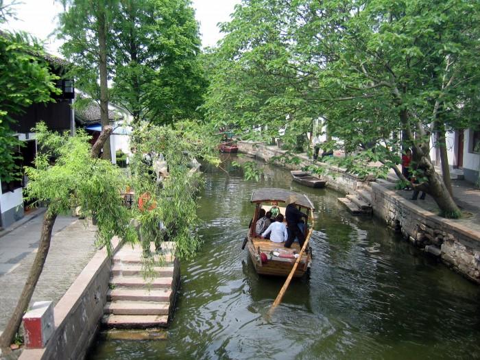 Spacer na łódkach po wiosce