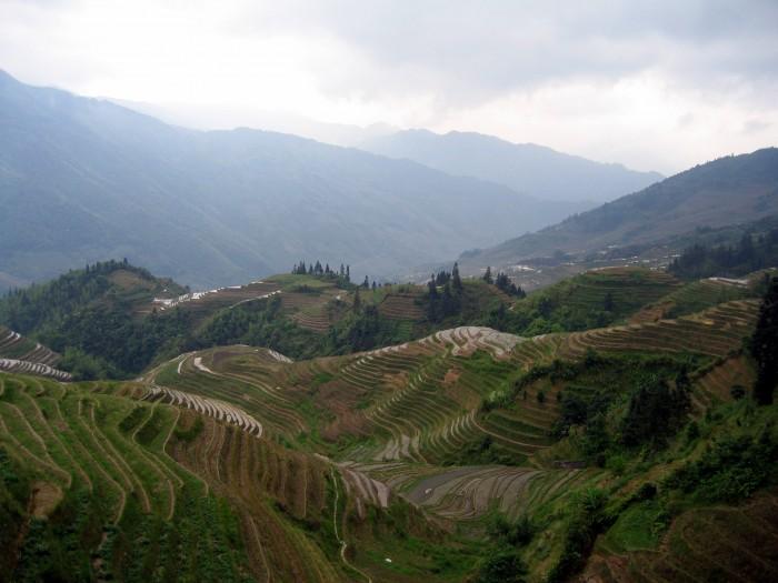 Widoki ze szczytu góry na okolicę