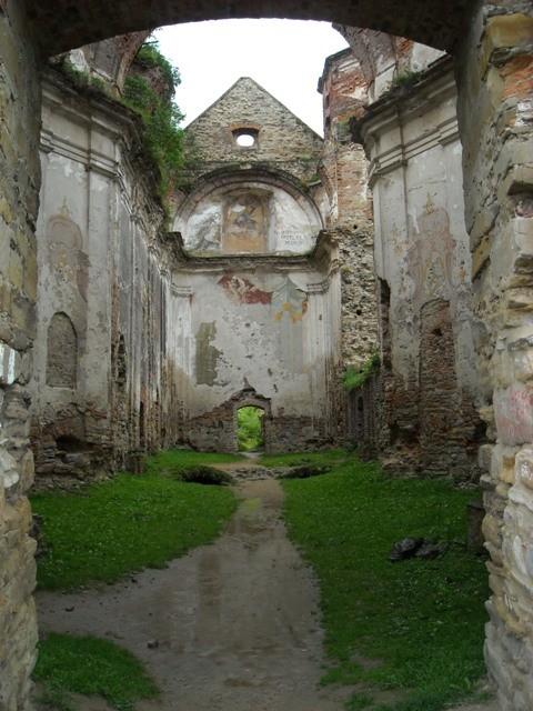 ruiny warownego klasztoru karmelitów